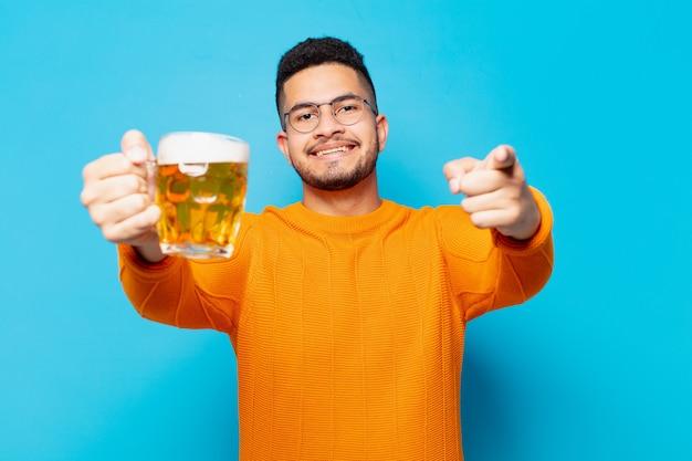ビールを指さしたり、見せたり、持ったりする若いヒスパニック系男性