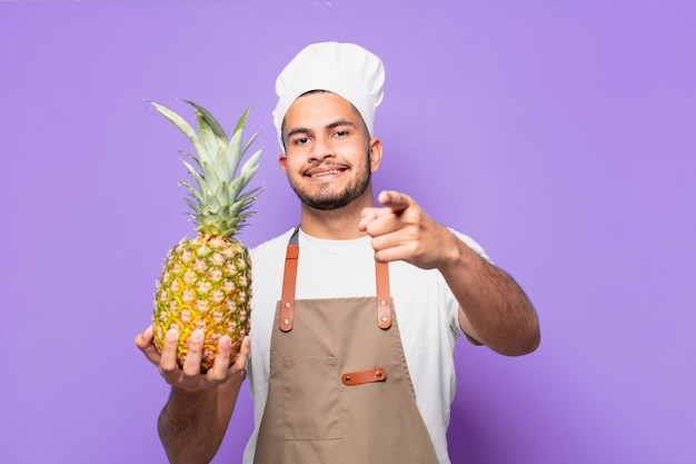 가리키거나 보여주는 젊은 히스패닉 남자. 요리사 개념