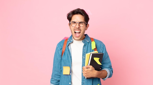 非常に怒っているように見えて、積極的に叫んでいる若いヒスパニック系の男性。学生の概念