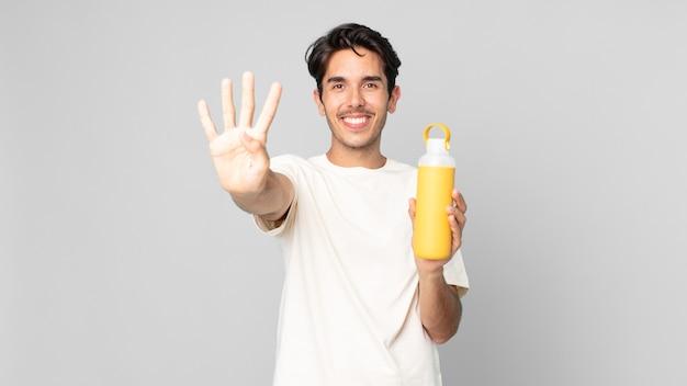 笑顔でフレンドリーに見える若いヒスパニック系の男性、コーヒー魔法瓶で4番目を示しています