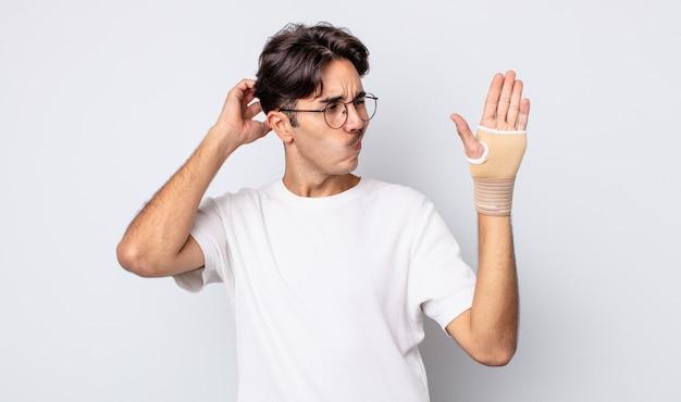 행복 하 게 웃 고 공상 또는 의심 젊은 히스패닉 남자. 손 붕대 개념