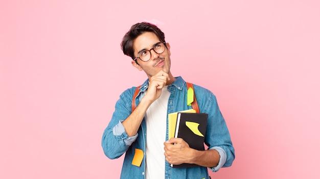 若いヒスパニック系の男性が考え、疑わしく、混乱していると感じています。学生の概念