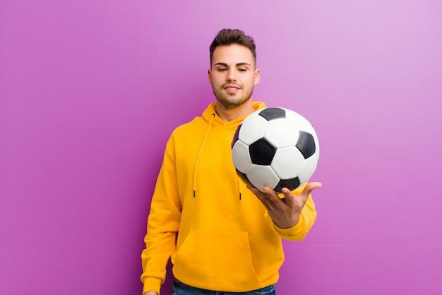 紫のサッカーボールを持つヒスパニック青年