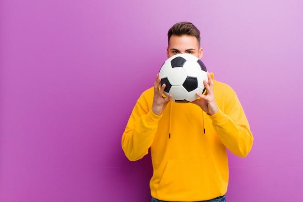 サッカーボールを持つ若いヒスパニック男