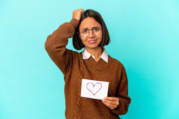 Молодая латиноамериканская женщина смешанной расы, держащая в руках бумажное сердце, была потрясена, она вспомнила важную встречу.