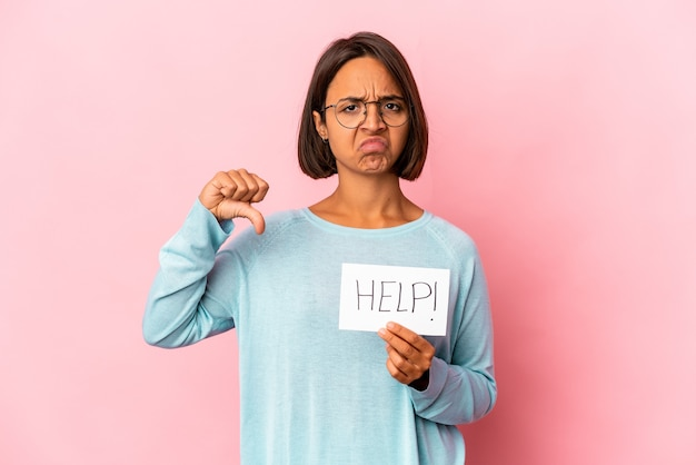 싫어하는 제스처, 엄지 손가락을 보여주는 도움말 포스터를 들고 젊은 히스패닉 혼혈 여자. 불일치 개념.