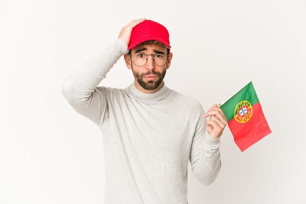 충격을 받고 포르투갈 국기를 들고 젊은 히스패닉 혼혈 여성, 그녀는 중요한 회의를 기억했습니다.