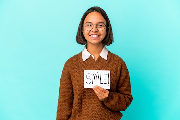 행복 하 고 웃 고 쾌활 한 미소 메모를 들고 젊은 히스패닉 혼혈 여자.