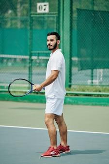 若いヒスパニックのテニス選手
