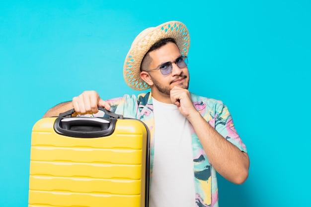 젊은 히스패닉 여행자 남자 의심 또는 불확실한 표현