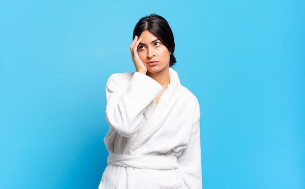 退屈を感じている若いヒスパニック系女性