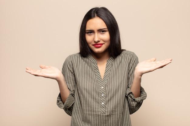 Молодая латиноамериканка чувствует себя невежественной и сбитой с толку, не уверенная, какой выбор или вариант выбрать, задается вопросом