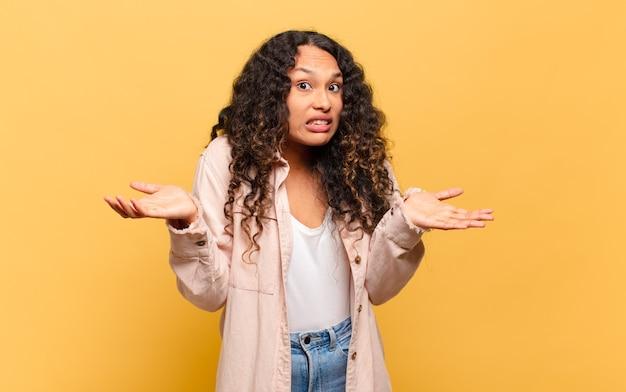 ヒスパニック系の若い女性が無知で混乱していると感じ、どの選択肢や選択肢を選ぶべきかわからず、疑問に思っています