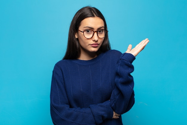 Молодая латиноамериканка чувствует себя сбитой с толку и невежественной, задаваясь вопросом о сомнительном объяснении или мысли