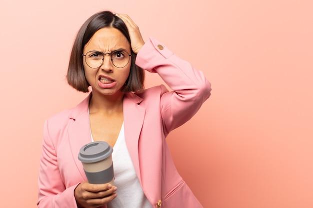 欲求不満とイライラ、失敗にうんざりしている、退屈で退屈な仕事にうんざりしている若いヒスパニック系女性