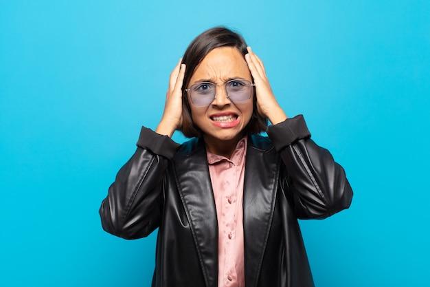 欲求不満とイライラ、病気と失敗にうんざりしている、鈍いことにうんざりしていると感じている若いヒスパニック系女性