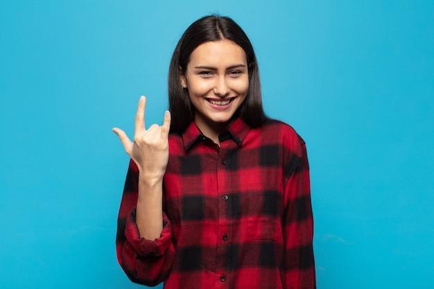 幸せで、楽しく、自信を持って、前向きで反抗的な若いヒスパニック系女性