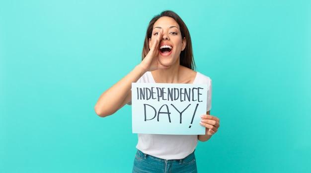 Молодая латиноамериканская женщина чувствует себя счастливой, громко кричит, прижав руки ко рту. концепция дня независимости