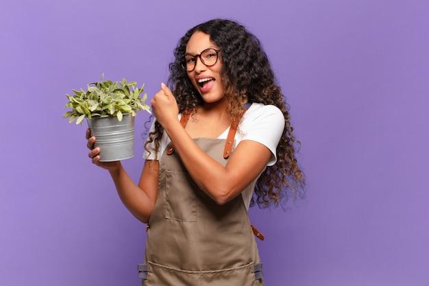 Молодая латиноамериканка чувствует себя счастливой, позитивной и успешной, мотивированной, когда сталкивается с проблемой или празднует хорошие результаты. концепция садовода