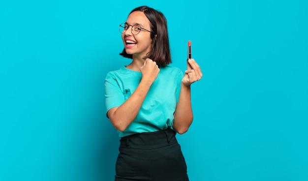 Молодая латиноамериканка чувствует себя счастливой, позитивной и успешной, мотивированной, когда сталкивается с проблемой или празднует хорошие результаты