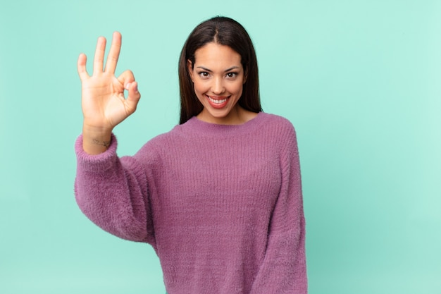 幸せを感じて、大丈夫なジェスチャーで承認を示す若いヒスパニック系女性