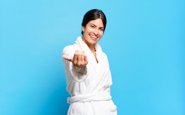 Молодая латиноамериканка чувствует себя счастливой, успешной и уверенной в себе, сталкивается с проблемой и говорит: давай, давай! или приветствуя вас. халат концепция