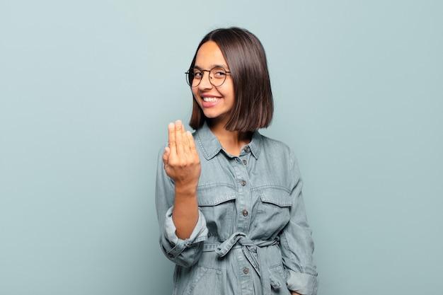Молодая латиноамериканка чувствует себя счастливой, успешной и уверенной в себе, сталкивается с проблемой и говорит: давай, давай! или приветствуя вас