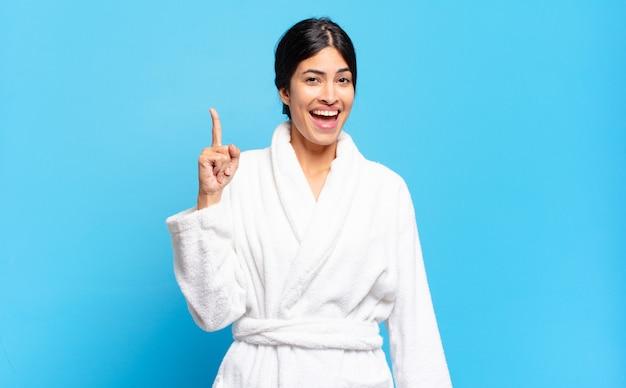 アイデアを実現した後、幸せで興奮した天才のように感じる若いヒスパニック系女性