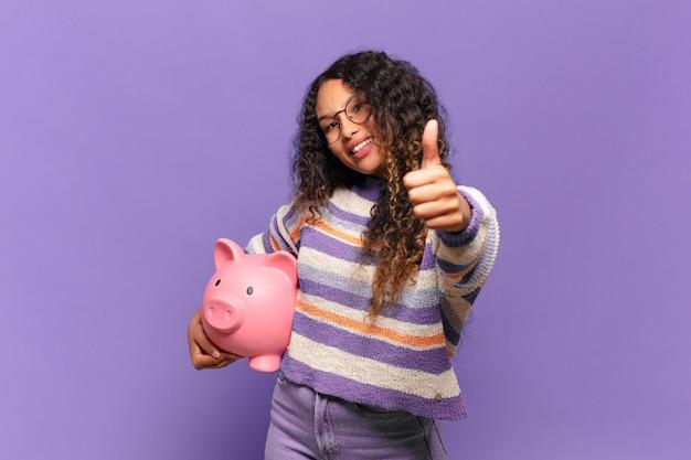Молодая латиноамериканская женщина чувствует себя гордой, беззаботной, уверенной и счастливой