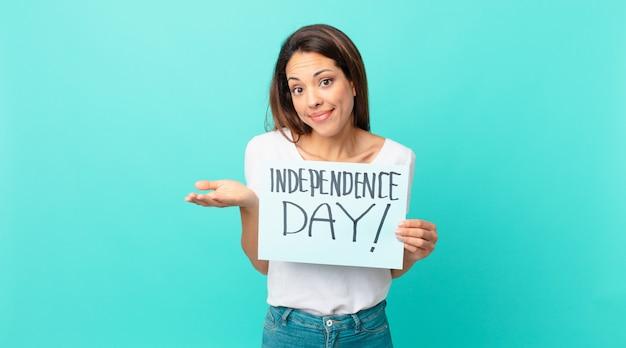 젊은 히스패닉계 여성은 어리둥절하고 혼란스럽고 의심스러워합니다. 독립 기념일 개념