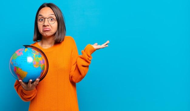 의아해하고 혼란스러워하는 젊은 히스패닉 여성, 의심, 가중치 또는 재미있는 표현으로 다른 옵션 선택