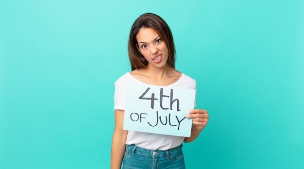 Молодая латиноамериканская женщина чувствует себя озадаченной и сбитой с толку. концепция дня независимости