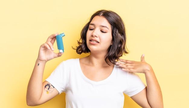 젊은 히스패닉계 여성은 스트레스를 받고, 불안하고, 피곤하고, 좌절감을 느낍니다. 천식 개념