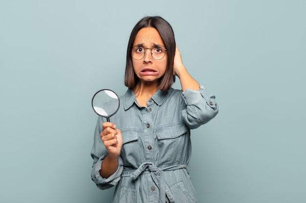 스트레스, 걱정, 불안 또는 무서움을 느끼고 머리에 손을 얹고 실수에 당황하는 젊은 히스패닉 여성