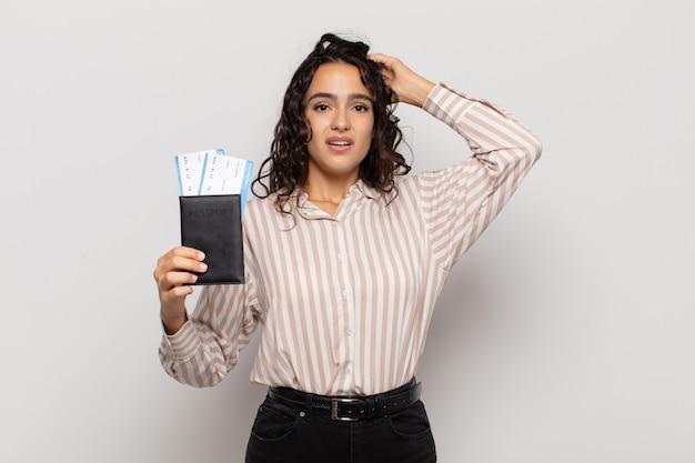 Молодая латиноамериканская женщина чувствует стресс, беспокойство, тревогу или страх, с руками за голову, паникует из-за ошибки