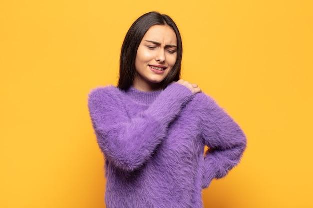 피곤, 스트레스, 불안, 좌절 및 우울, 허리 또는 목 통증으로 고통받는 젊은 히스패닉계 여성