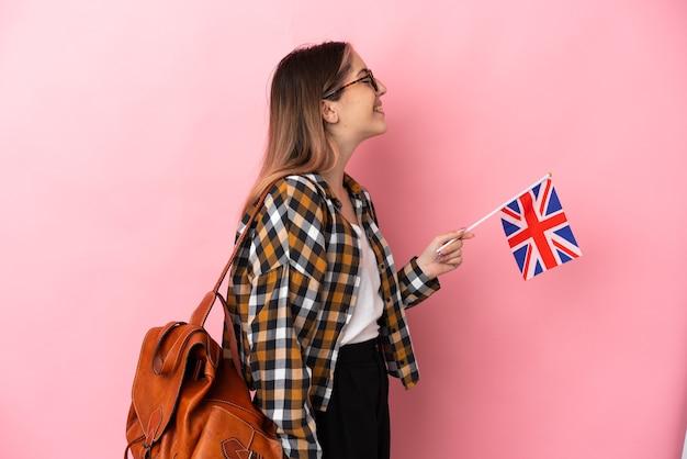 孤立したイギリスの旗を保持している若いヒスパニック系女性