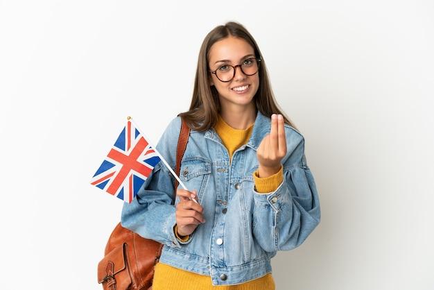 돈 제스처를 만드는 격리 된 흰색 배경 위에 영국 국기를 들고 젊은 히스패닉 여자