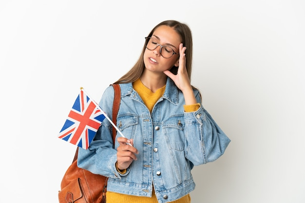 두통과 격리 된 흰색 배경 위에 영국 국기를 들고 젊은 히스패닉 여자
