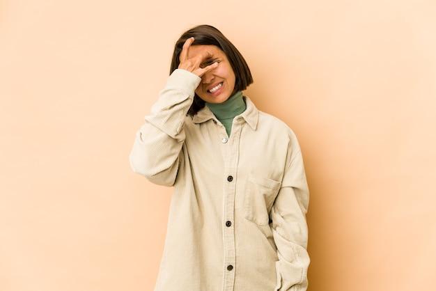 Молодая латиноамериканская женщина изолировала трогательные виски и головную боль.
