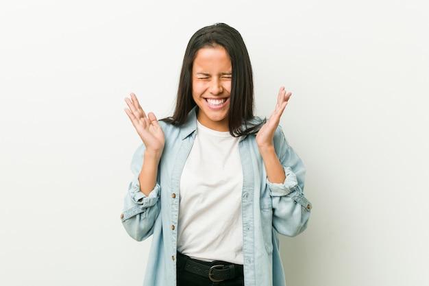 うれしそうに笑う若いヒスパニック系女性。幸福の概念。