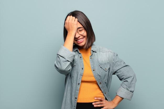 ヒスパニック系の若い女性が笑って額を叩くように言った!私は忘れたか、それは愚かな間違いでした