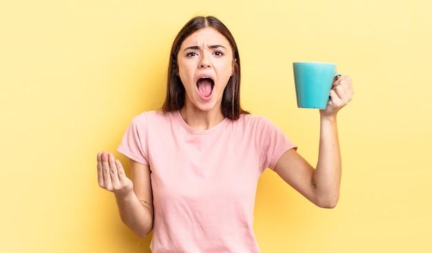 Молодая латиноамериканская женщина выглядит сердитой, раздраженной и расстроенной. концепция чашки кофе