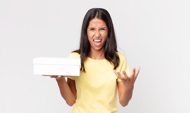 Молодая латиноамериканская женщина выглядит сердитой, раздраженной и разочарованной