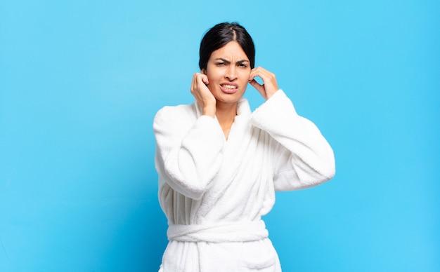 Молодая латиноамериканская женщина выглядит сердитой