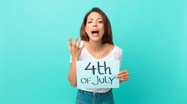 Молодая латиноамериканская женщина выглядит отчаявшейся, разочарованной и подчеркнутой. концепция дня независимости