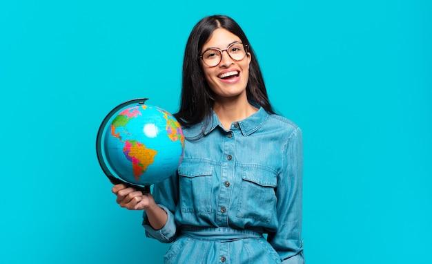 Молодая латиноамериканская женщина выглядит счастливой и приятно удивленной, взволнованной, с очарованным и шокированным выражением лица. концепция планеты земля