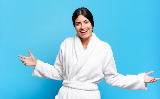 Молодая латиноамериканка выглядит счастливой, высокомерной, гордой и самодовольной, чувствуя себя номером один