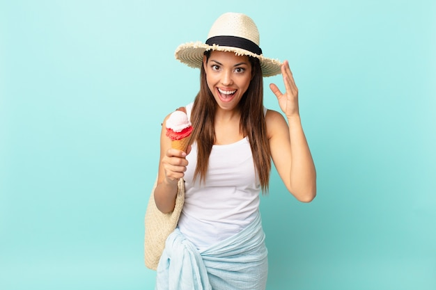 幸せそうに見えて、驚いて、驚いて、アイスクリームを持っている若いヒスパニック系の女性。シュメールの概念