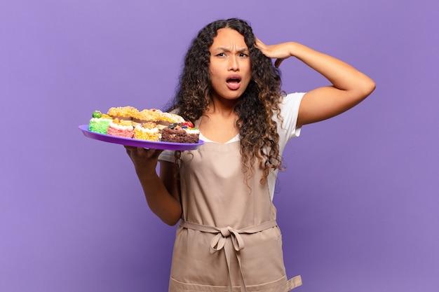 Молодая латиноамериканская женщина выглядит счастливой, удивленной и удивленной, улыбается и понимает удивительные и невероятно хорошие новости. концепция приготовления тортов